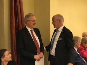 Paul Weise wird von Präsident Thomas Wrensch als neues Mitglied aufgenommen