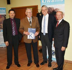 Auszeichnung langjähriger Mitglieder: Dr. Ulrich Grohmann (45 Jahre, 2.v.l.), Dr. Hubert Langhorst (2.v.r., 20 Jahre) durch Vorstand Marc Höper (li) und Hermann Büsing (re)