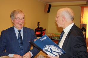 Ehrung 25 Jahre Mitgliedschaft Udo Altemark durch Präsident Thomas Wrensch