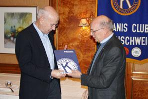 Präsident Thomas Wrensch (links) wird für 20 jährige Mitgliedschaft geehrt
