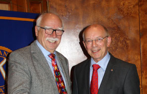 Past Präsident Eberhard Frank (links) übergibt die Leitung an den neuen Präsidenten Hermann Büsing