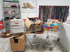 drei Einkaufswagen mit Futterspenden