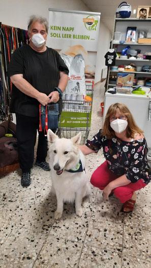 weißer  Schäferhund bei Tierfutterspendenübergabe
