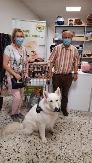 weißer Schäferhund bei Spendenübergabe