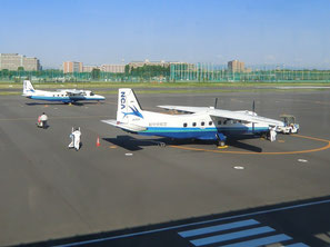 ●島に向かう出発の準備をしているセスナ機