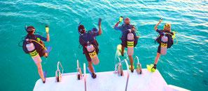 Plongeur faisant le pas de géant pour rentrer dans l'eau