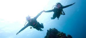 Plongeur faisant une plongée dérivante à Nusa Penida