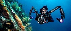 Plongeur prenant phot avec deux flash et fish eyes