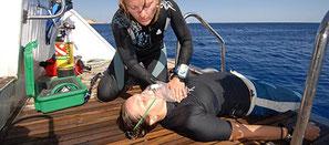 Administration d'oxygène à un plongeur en accident de décompression à Nusa Penida