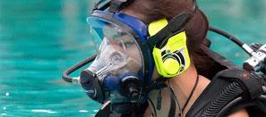 Plongeuse avec masque intégral pour la spécialité PADI à Nusa Penida