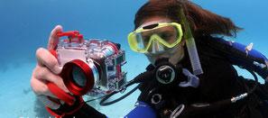 Plongeuse prenant des photos pour la spécialité PADI underwater photography à Nusa Penida