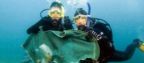 Plongeur ramassant les débris dans l'eau pour la spécialité PADI à Nusa Penida