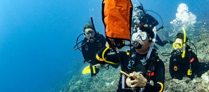 Plongeur déployant le parachute de surface à Nusa Penida