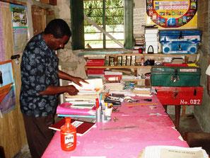 Kenianischer Lehrer in seinem Lehrerzimmer