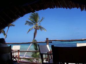 Kenianische Bar mit Blick aufs Meer
