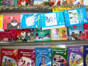 Schulbücher für kenianische Schüler in einem Schulgeschäft in Mombasa