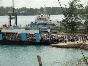 Blick auf eine volle Likoni-Fähre in Mombasa