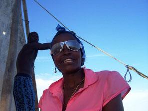 zwei Kenianer bei einem Segeltörn