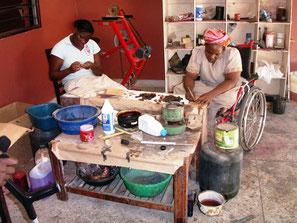 Zwei behinderte Frauen im cbm Bombolulu Zentrum