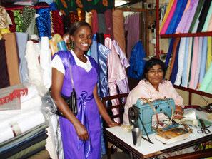 Zwei kenianische Frauen im Stoffladen in Mombasa