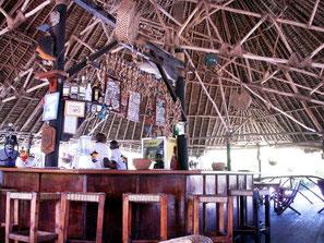 Blick auf eine schicke kenianische Bar mit dem einheimischen Bier Tusker