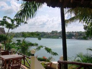 Blick aus dem Restaurant Tamarind in Mombasa auf das Wasser