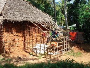 Kenianische Lehmhütte mit Ziegenstall am Haus