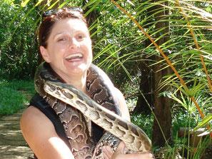 Ina Bärschneider im Haller-Park mit Schlange um den Hals