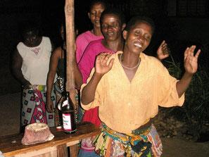 Kenianerinnen singen und tanzen in einer Bar