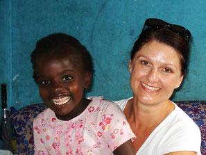 Ina Bärschneider mit einem kleinen kenianischen Mädchen auf dem Schoß