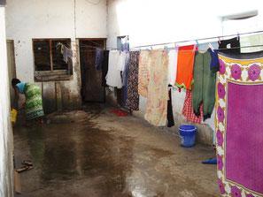 Innenhof in einem Haus in Mombasa mit Wäscheleinen
