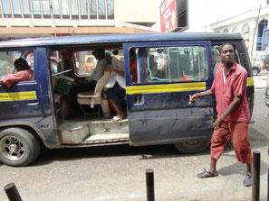 Matatu mit Fahrer und Kassierer in Mombasa
