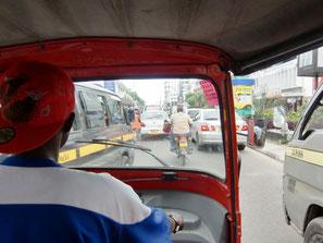 Eine Fahrt im Tuk-Tuk mit Fharer durch Mombasa