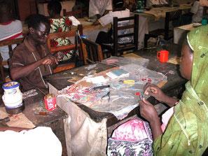 Körperbehinderte Frauen und Männer stellen in der Werkstatt von Bombolulu Schmuck her