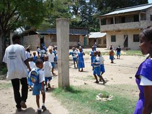 Kenianische Grundschule mit Schulhof in Mombasa