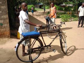 schwarze junge Männer warten mit ihren Fahrrädern auf Kundschaft