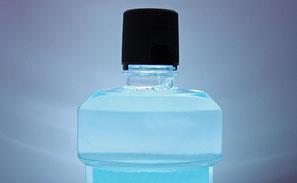 Mundspüllösungen beseitigen einen Teil der Mundgeruch verursachenden Bakterien.