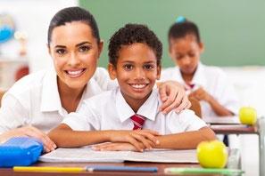 erfolgreich lernen, Unterstützung bei Lernpproblemen, fröhliche Lehrerin mit Schüler
