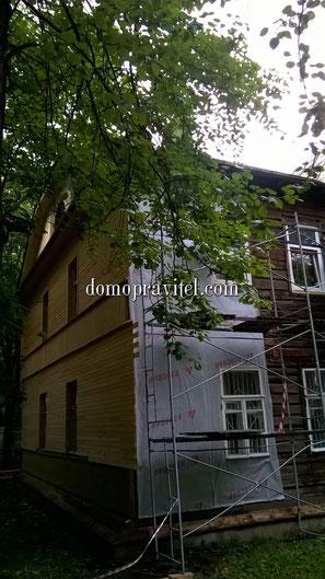 на фото: Процесс утепления фасада дома по Володарского 8 в Гатчине (22 июня 2015)