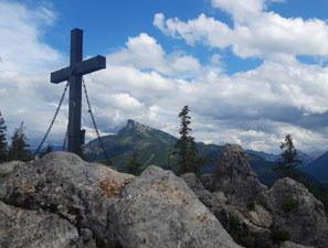 Almkogel Gipfel am Mondsee nach dem Aufstieg vom Gasthof Drachenwand, dahinter der Schafberg