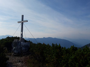 Gipfelkreuz des Helmeskogels, im Hintergrund die Schönberggruppe des Toten Gebirges