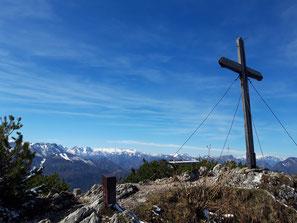 Gipfelkreuz Mittagsstein mit Blick auf das Tote Gebirge