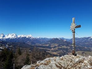 Seespitz Gipfelkreuz über dem Gleinkersee, Ausblick über das Kremstal und auf das Tote Gebirge