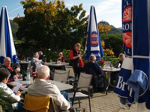 Nach einer Wanderung auf dem Rotweinwanderweg bietet Ihnen die Sonnenterrasse vom Weingut Mönchberger Hof die beste Möglichkeit bei einer Verperplatte und einem Glas Ahrwein zu verweilen, um neue Energie für das nächste Etappenziel zu tanken.