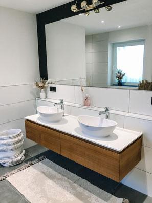 Waschtischunterschrank Eiche im neu renovierten BadezimmerWaschtischplatte in weiß 13 mm Kompaktplatte, massvier Waschtischunterschrank auf Gehrung gerfertigt, Waschbeckenunterschrank in Eiche massiv, Waschbeckenunterschränke Eiche weißer Waschtischplatte