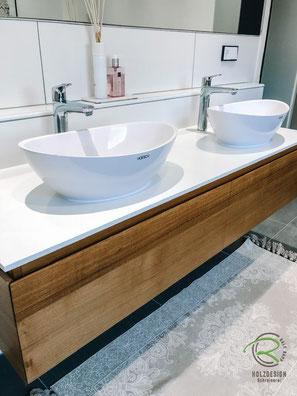 massvier Waschtischunterschrank auf Gehrung gerfertigt, Waschbeckenunterschrank in Eiche massiv, Waschbeckenunterschränke Eiche Holz mit weißer Waschtischplatte u. umlaufender Griffleiste in Front