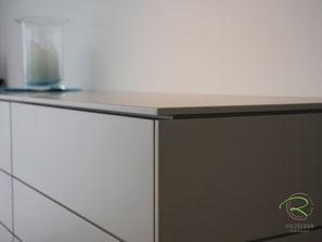 Design-Sideboard mit filigraner Aufsatzplatte, Highboard für Esszimmer in greige lackiert, Design-Sideboard nach Maß von Schreinerei Holzdesign Ralf Rapp, Esszimmer Anrichte lackiert mit Nussbaum-Massivholz-Innenschubladen, Kommode für Esszimmer