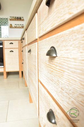 Eiche Massivholzküche im Shabby-Chic, Küchenhocker für Vollholzküche mit Insel in Eiche massiv, Barhocker in Eiche massiv, Vintage Küche mit Kücheninsel in Eiche massiv mit gekalkten Eichenfronten, Neolith Keramik Arbeitsplatte, Küchenfronten  Massivholz