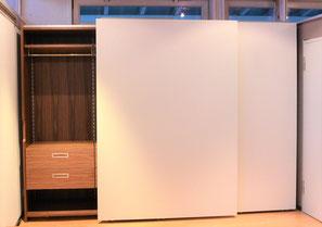 Systemkleiderschrank mit geöffneten Gleitschiebetüren in weiß u. Nussbaum furniert