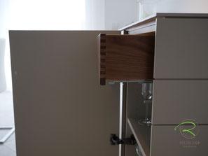 Nussbaum Massivholz Innenschubladen für Design-Sideboard,Sideboard matt lackicert in NCS-Ton S4005-Y50R, Design-Sidebaord mit Drehtüren u. Nussbaumschubladen für Esszimmer, Kommode mit Innenschubladen in Nussbaum, grifflose Anrichte nach Maß f. Esszimmer